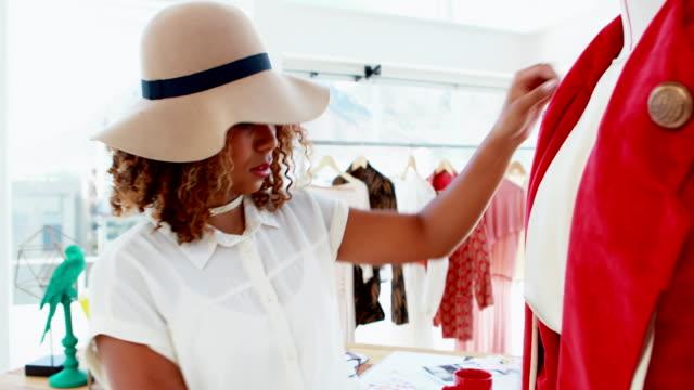 modedesigner mäta jacka på en skyltdocka 4k - blazer bildbanksvideor och videomaterial från bakom kulisserna