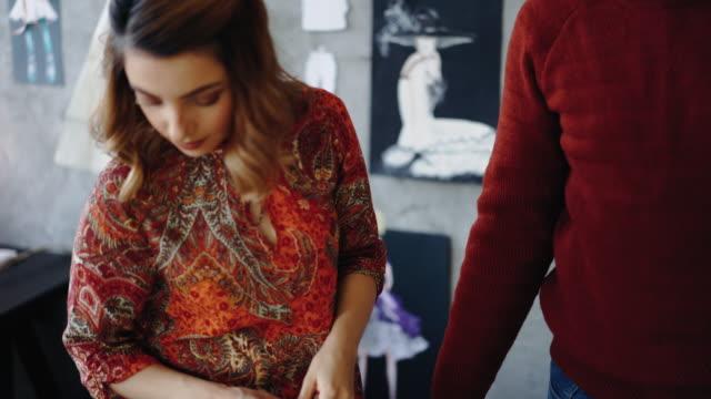 vídeos de stock, filmes e b-roll de desenhador de moda na reunião com o cliente em seu estúdio - sérvia