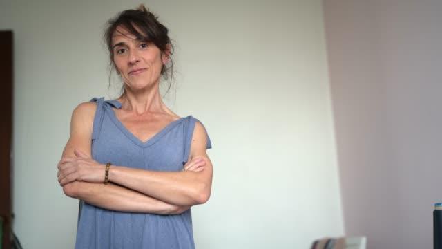 stilista donna che lavora a casa - ritratto di piccola impresa - sarta video stock e b–roll