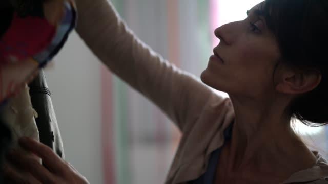 vídeos y material grabado en eventos de stock de diseñador de moda mujer que trabaja en casa - negocio pequeño - el dueño - escoger