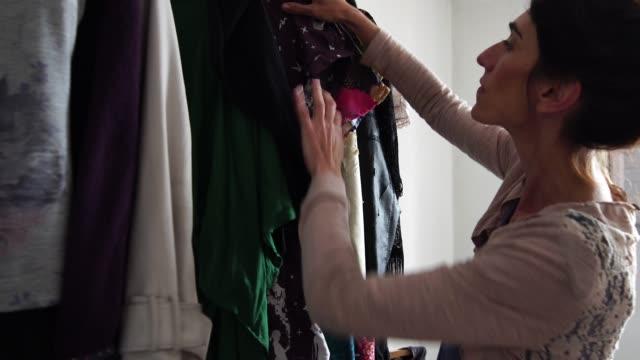 stilista donna che lavora a casa - piccola impresa - il proprietario - sarta video stock e b–roll