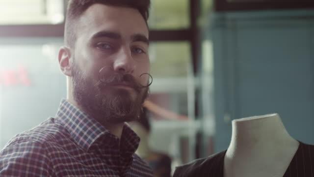 vídeos y material grabado en eventos de stock de diseñador de moda trabajando - moda hipster