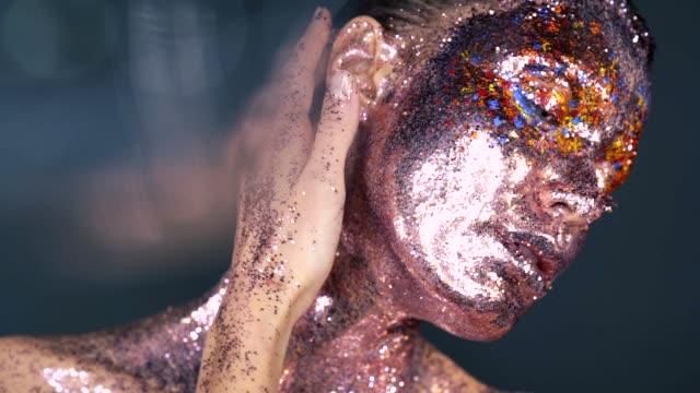 sanatsal colorful makyaj ile kadın moda portresi - sanat, kültür ve eğlence stok videoları ve detay görüntü çekimi