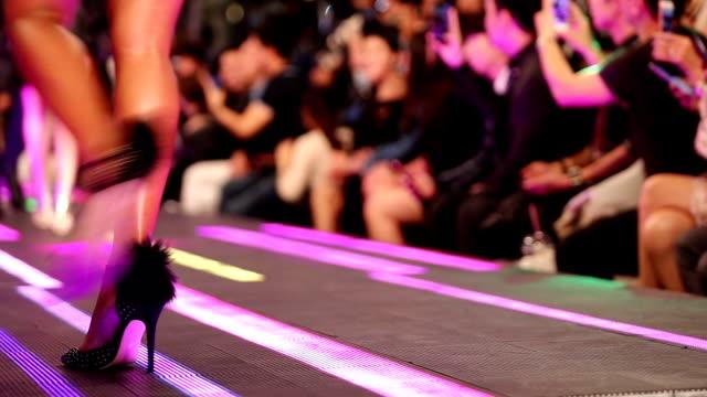 vídeos de stock, filmes e b-roll de desfile de moda no piso de led que tem super modelo presentes sapatos sapatos de salto altos - fashion