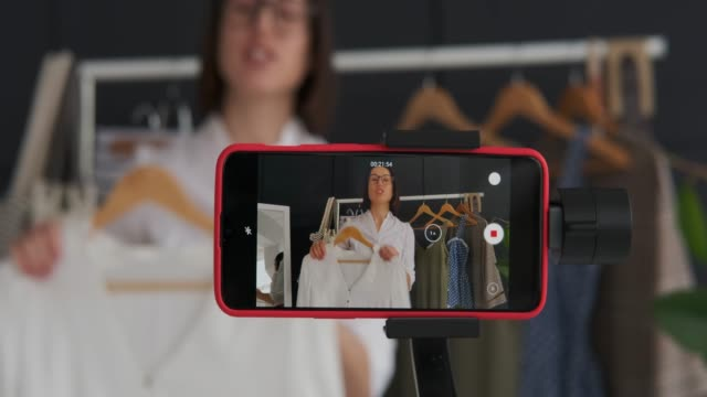 모바일 비디오 카메라에 패션 동영상 블로거 기록 - 영화 촬영 스톡 비디오 및 b-롤 화면