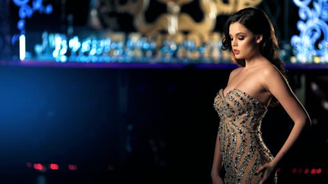 vídeos de stock e filmes b-roll de fashion young women posing in beautiful dress. - mulher balões