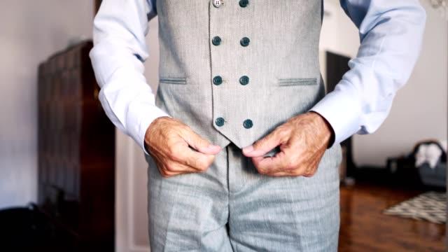 vídeos y material grabado en eventos de stock de empresario de moda, vestirse para el trabajo - corbata