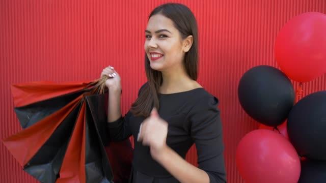 vídeos y material grabado en eventos de stock de mujer moda cliente susurrando acerca de temporada venta del viernes negro y tiene gran cantidad de compras - black friday sale