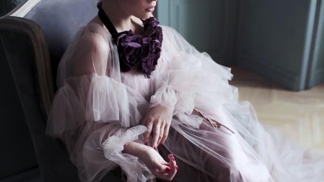 fashionabla kvinnliga porträtt av söt dam i rosa klänning inomhus - aftonklänning bildbanksvideor och videomaterial från bakom kulisserna