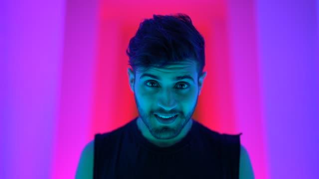 vídeos de stock, filmes e b-roll de retrato do homem elegante no túnel colorido - moda masculina