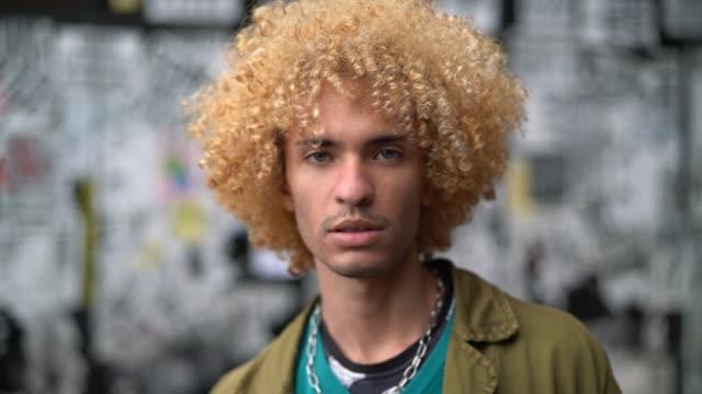 vídeos de stock, filmes e b-roll de homens elegantes com retrato de cabelo encaracolado - homossexualidade
