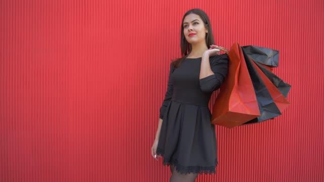 vídeos y material grabado en eventos de stock de comprador de moda mujer con paquetes piensa qué comprar en venta temporada el viernes negro - black friday sale