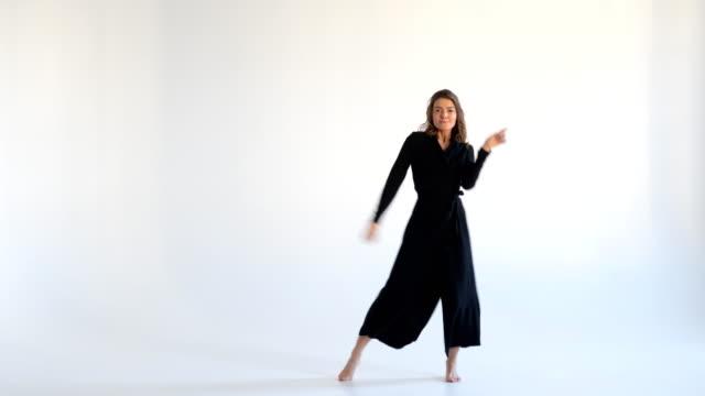 modische frau in flattern, langes kleid tanzen - ganzkörperansicht stock-videos und b-roll-filmmaterial