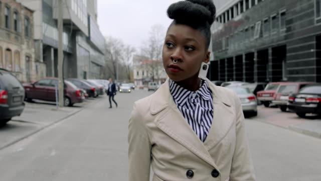 modebewusste frau stadtstraße entlang - bloggen stock-videos und b-roll-filmmaterial