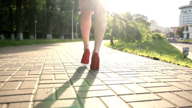 vídeos de stock, filmes e b-roll de moda mulher com sapatos de salto alto - saia