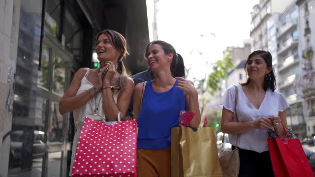 fashionabla kvinnor skvaller och ha kul shopping - spendera pengar bildbanksvideor och videomaterial från bakom kulisserna