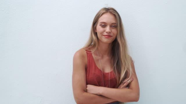 Modello di moda giovane donna in posa - video