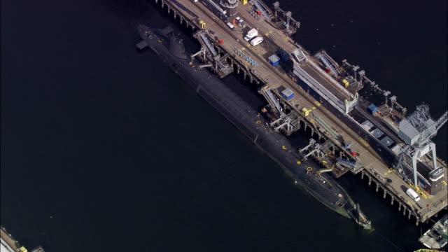 base navale di faslane (sottomarini nucleari)-vista aerea-scozia, argyll e bute, regno unito - quartiere generale video stock e b–roll