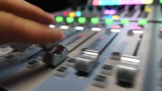 en snabb ljud justering på en ljudmixer i en inspelningsstudio - intoning bildbanksvideor och videomaterial från bakom kulisserna