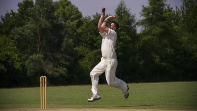 vídeos y material grabado en eventos de stock de un grillo de jugador de bolos rápido juego tazones de fuente y celebra. - críquet