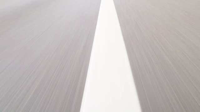 vídeos de stock e filmes b-roll de fast car drive on highway - alfalto