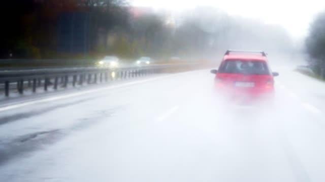 Schnelle Autofahrt auf der Regenautobahn – Video