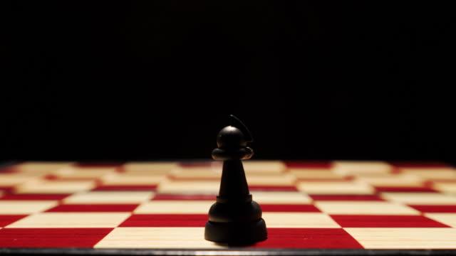 schneller wechsel von schachfiguren sowohl schwarz als auch weiß, konzept der positionsänderung oder pick-charakter-loopable - könig schachfigur stock-videos und b-roll-filmmaterial