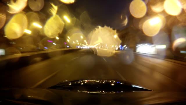 vidéos et rushes de ville rapide lecteur nuit route pov timelapse pare-brise et le capot de la voiture, nuit pluvieuse, la pluie tombe sur verre - pare brise