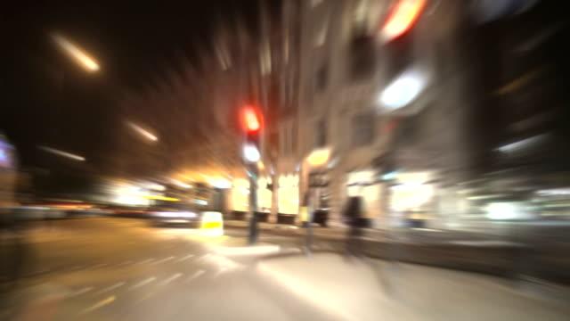 schnell auf die stadt nacht zeitraffer-loop fahren.  hd - - englandreise stock-videos und b-roll-filmmaterial