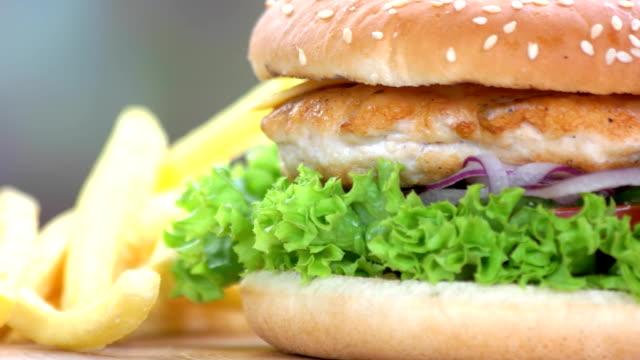 패스트 푸드 매크로입니다. - burger and chicken 스톡 비디오 및 b-롤 화면