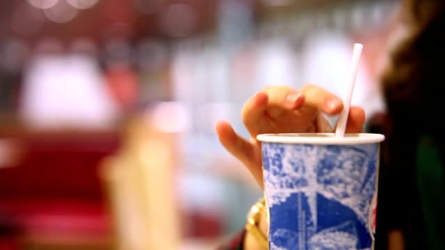 Restaurante de Fast food: mulher bebendo bebida gelada com palha - vídeo