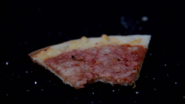 stockvideo's en b-roll-footage met fast food. twee gebeten donuts - dikke pizza close up