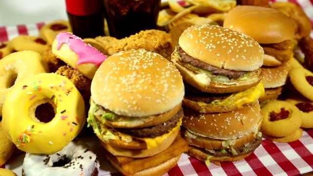 fast food - cheeseburger filmów i materiałów b-roll