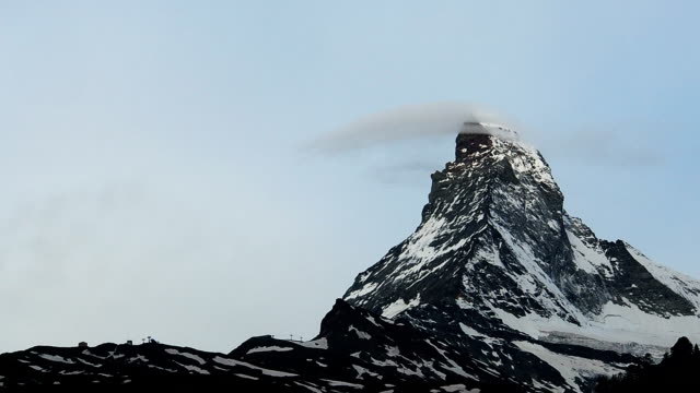 stockvideo's en b-roll-footage met snel vooruit speedup van close-up matterhorn peak met mooie wolk bekleding op de top in zermatt zwitserland - wallis
