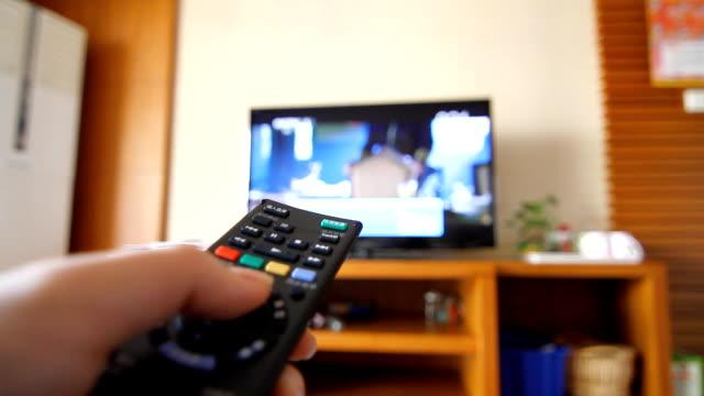 zeitraffer verändernden tv mit fernbedienung controller - zeitraffer fast motion stock-videos und b-roll-filmmaterial