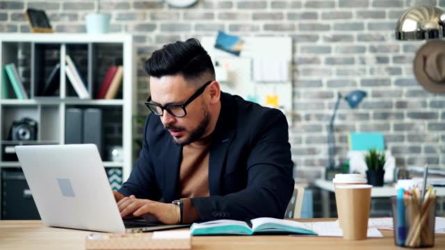 schnelle bewegung des geschäftsmanns trinken kaffee arbeiten mit laptop im büro - zeitraffer fast motion stock-videos und b-roll-filmmaterial