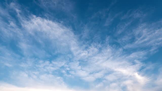 vídeos de stock, filmes e b-roll de rápido movimento de nuvens no céu, lapso de tempo. - cirro