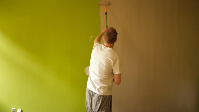 vídeos de stock e filmes b-roll de fast motion painting wall - bricolage