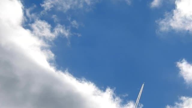 schnell bewegte wolken mit jet-flugzeug - no time lapse - zirrus stock-videos und b-roll-filmmaterial