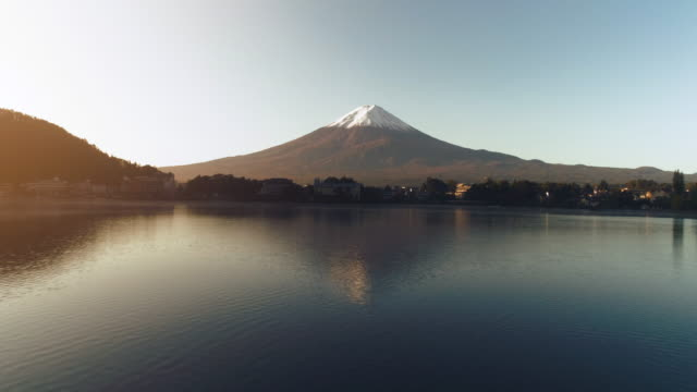 河口湖と富士山の高速移動 - 富士山点の映像素材/bロール