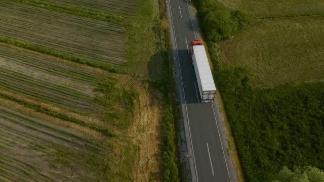 vídeos y material grabado en eventos de stock de fast truck on the road en su camino a la ciudad - largo longitud