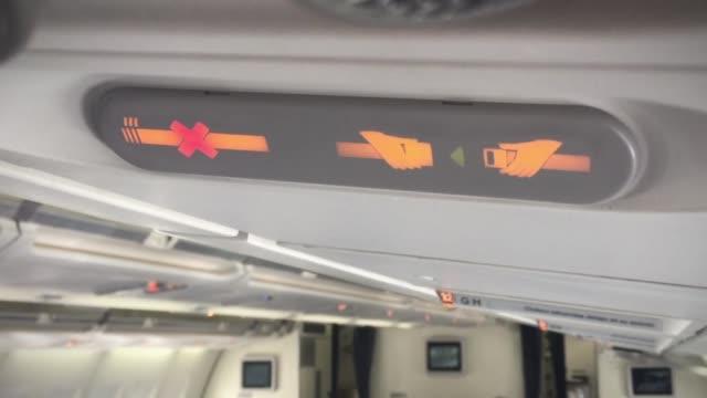 fasten your seat belt, no smoking sign. close-up. - kabina filmów i materiałów b-roll