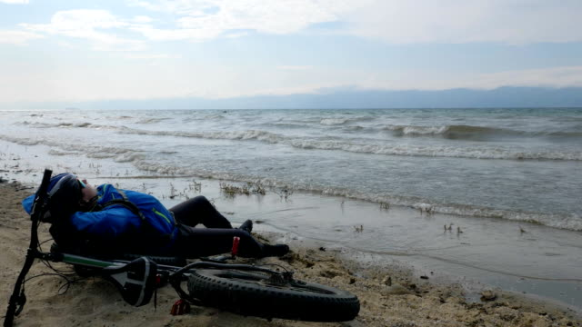 fat bike also called fatbike or fat-tire bike in summer driving on the beach. - bike tire tracks video stock e b–roll