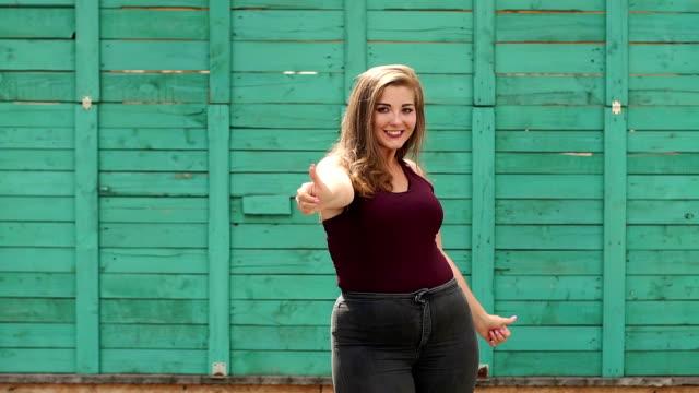 뚱뚱한 여자는 공원에서 엄지를 나타난다. 플러스 사이즈입니다. - 몸매 관심 스톡 비디오 및 b-롤 화면