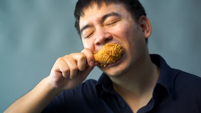 뚱뚱한 남자는 후 라 이드 치킨을 먹고는. 행복 하 게 - burger and chicken 스톡 비디오 및 b-롤 화면