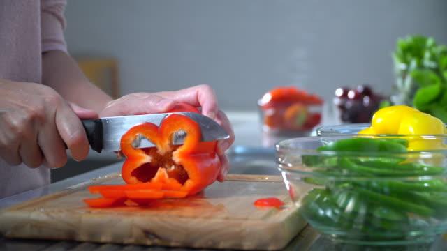 stockvideo's en b-roll-footage met dikke vrouw die groenten eet - groentesoep