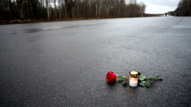 vídeos de stock e filmes b-roll de fatal acidente - berma da estrada