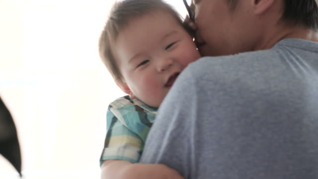 父と男の子の楽しい時を過す時間家の中。 - 父親点の映像素材/bロール