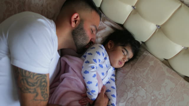 father and baby girl fast asleep - 2 3 anni video stock e b–roll