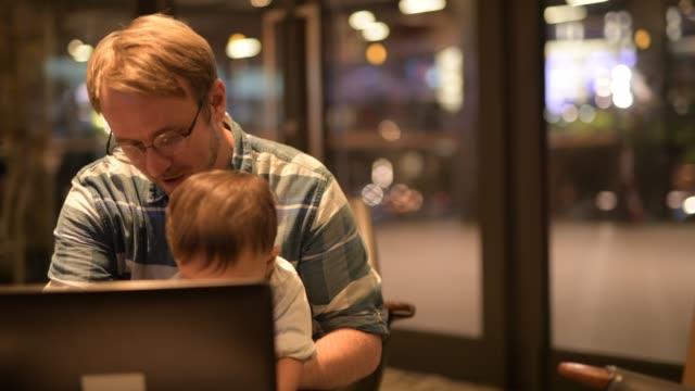 birlikte laptop kullanma baba ve bebek evlat - orta yetişkin stok videoları ve detay görüntü çekimi